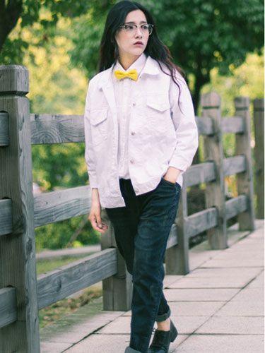 中性逛街搭配 白色的牛仔外套搭配白色衬衫+深蓝色宽松牛仔裤